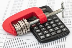calculadora em cima de dívidas