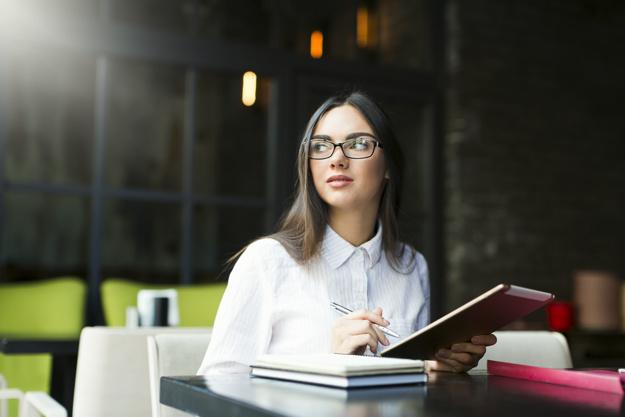 Mulher em local de trabalho usando tablet