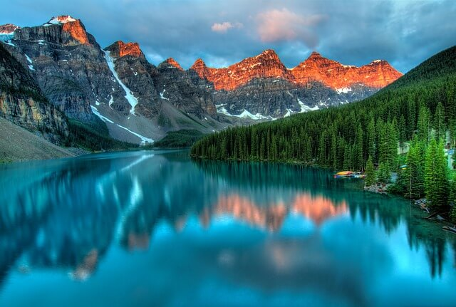Paisagem com lagos e montanhas da cidade de Alberta, Canadá