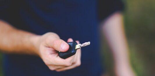 motorista segurando chave de carro