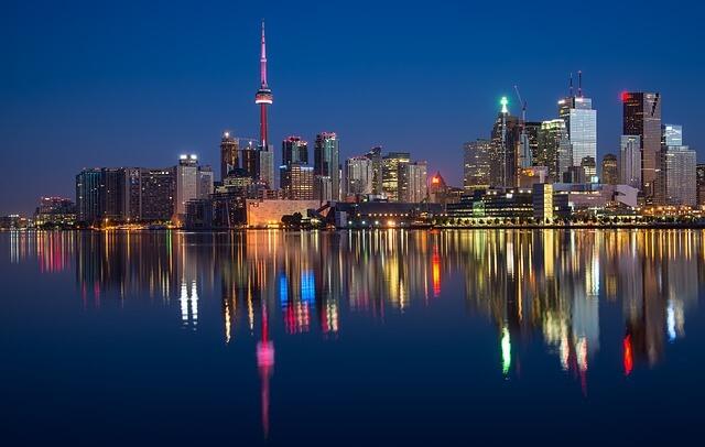 Toronto à noite, com prédios iluminados