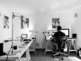 imagem de um homem sentado trabalhando