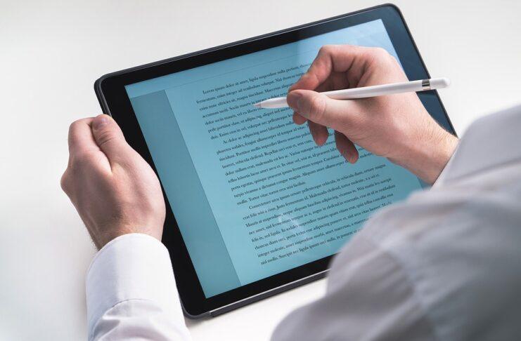 homem escrevendo no tablet