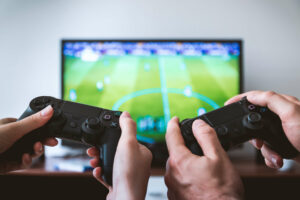 duas pessoas jogando videogame