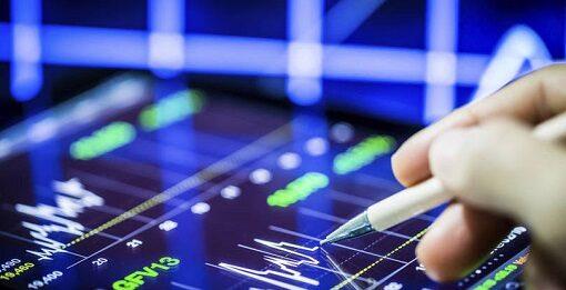 investidor analisando ações por meio de gráficos