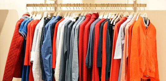 imagem de muitas roupas para demonstrar o consumo consciente