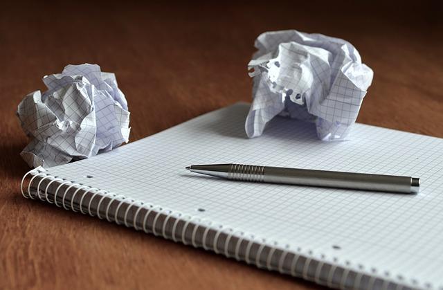 pessoa colocando dívidas no papel