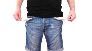 Homem desempregado com os bolsos da calça vazios