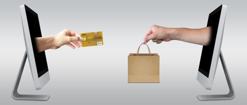 pessoas fazendo transação online por cashback