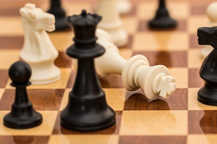 peça de xadrez caída sinalizando um fracasso no jogo