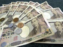 Várias notas e moedas do iene