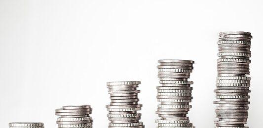 Sequência de cinco fileiras de moedas em ordem crescente