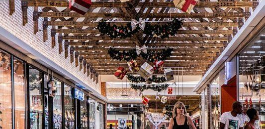 mulher caminhando dentro de um centro comercial