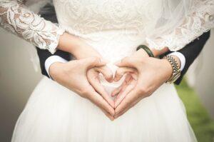 noivos segurando mãos em um casamento