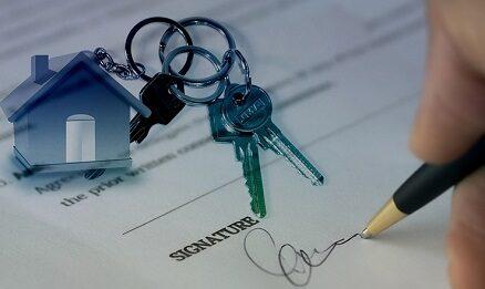 pessoa assinando contrato de um imóvel