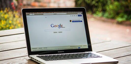 tela de um notebook aberto na página do google