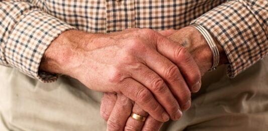 imagem de um idoso segurando a bengala