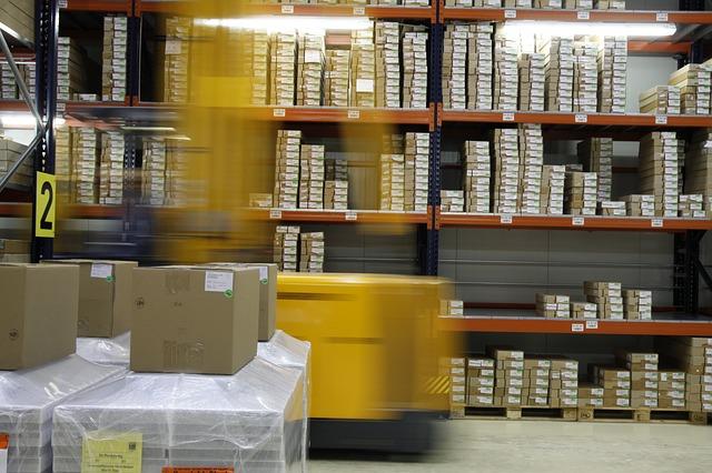 estoque de logística com diversas caixas
