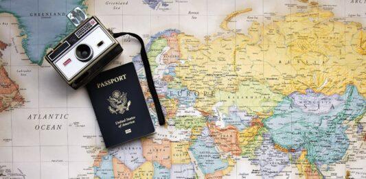 mapa mundi ocm um passaporte e uma câmera
