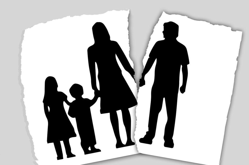 Ilustração de uma família de quatro pessoas, com casal separado
