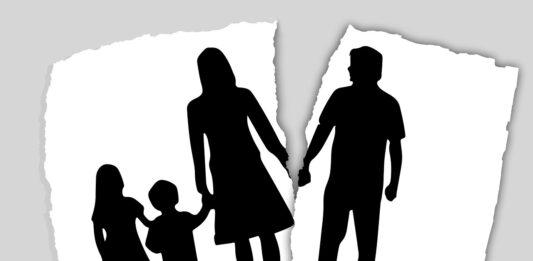 desenho de uma família em papel rasgado, separando a mãe e os filhos do pai