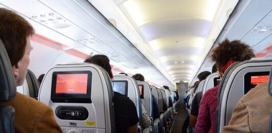 pessoas sentadas dentro de um avião
