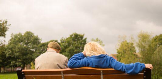 aposentados sentados no banco da praça