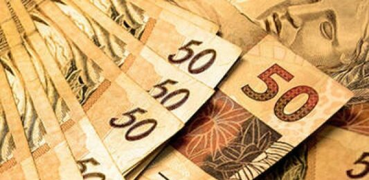 Notas de 50 reais referentes ao saque do PIS/Pasep