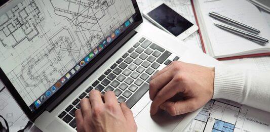 pessoa trabalhando no notebook