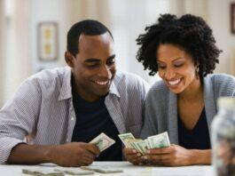 pessoas falando de dinheiro em casa