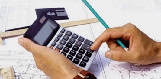 Homem com lápis na mão usando a calculadora