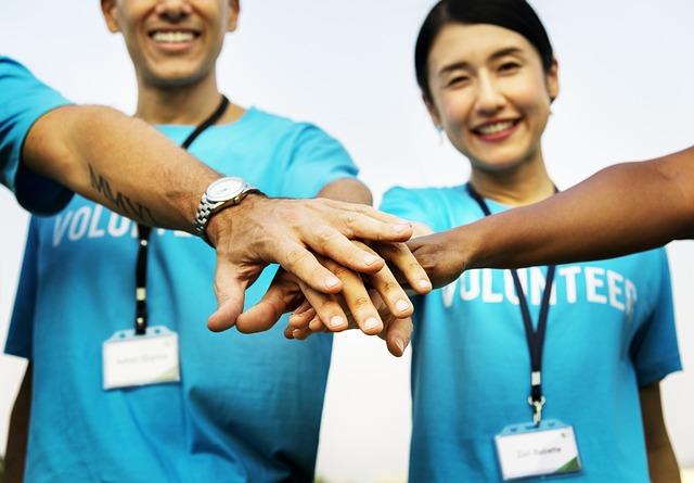 Como o trabalho voluntário pode ajudar na carreira profissional