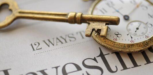 imagem de uma chave e um relógio em cima da palavra investimento