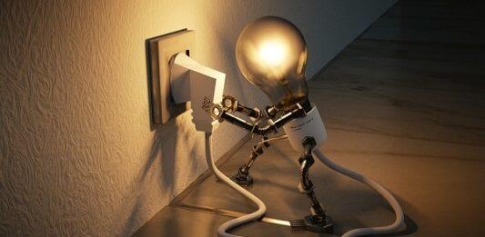 uma lâmpada se colocando na tomada