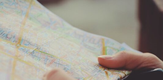 Mão feminina segurando um mapa