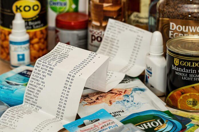 vários produtos de supermercado e uma nota fiscal