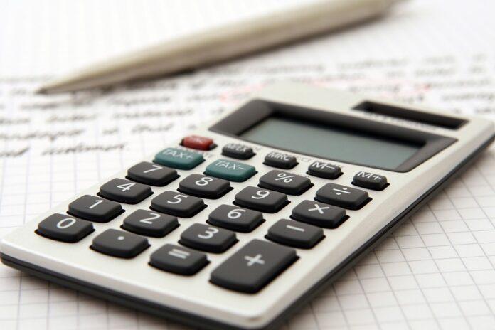 imagem de uma calculadora sobre papéis