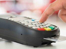 imagem de uma pessoa manuseando máquina de cartão
