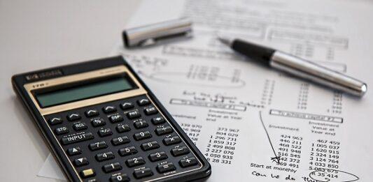 calculadora com caneta e papel