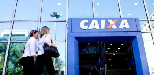 duas mulheres entrando na agência da Caixa Econômica