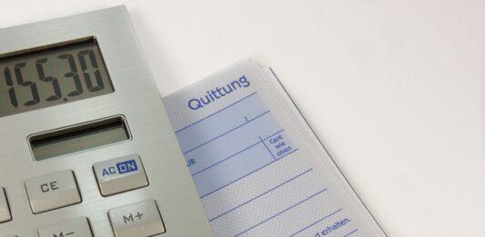 Calculadora ao lado de documento
