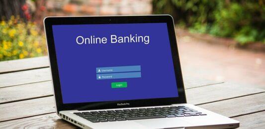 Notebook ligado com tela de banco online
