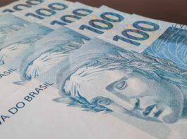 Notas de 100 reais enfileiradas