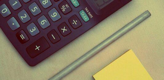 imagem com papel, caneta e calculadora