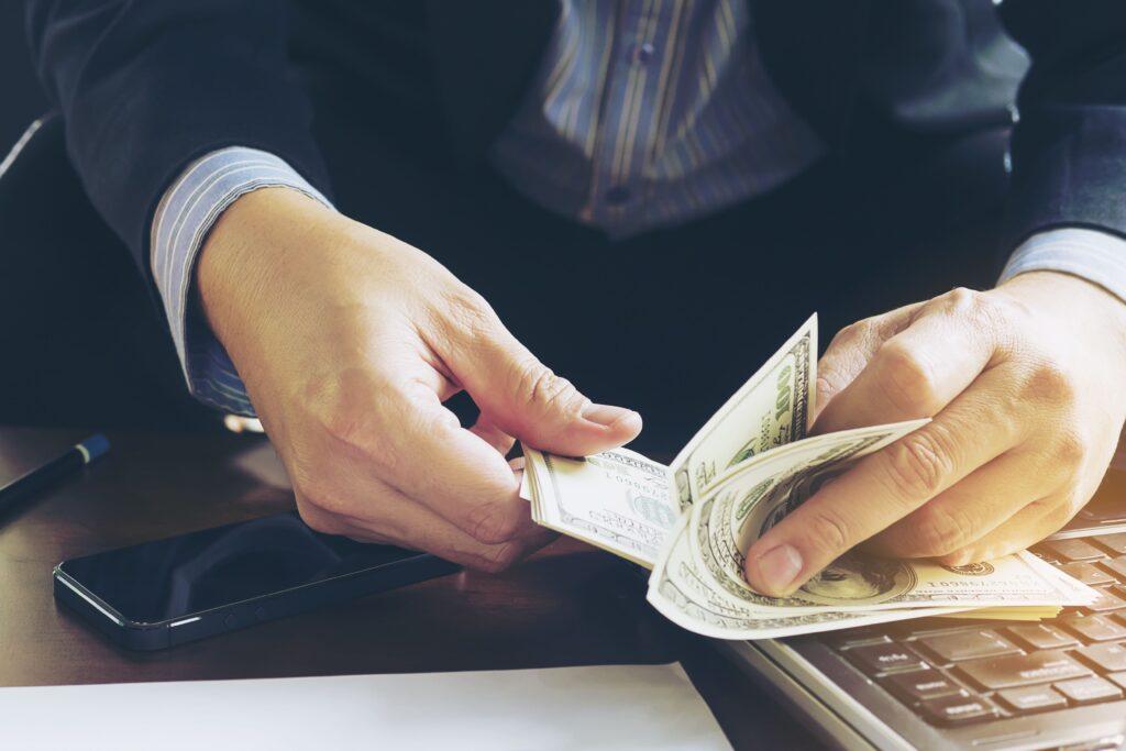 Homem contabilizando sua renda extra