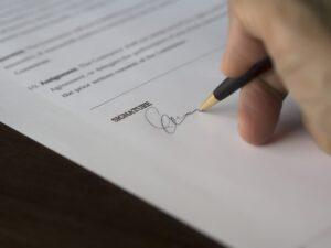 pessoa assinando contrato de empréstimo