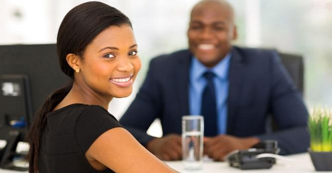 duas pessoas numa entrevista de emprego
