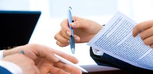 Pessoa assinando um contrato de empréstimo