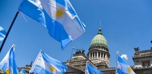 Pessoas reunidas com bandeiras da Argentina em Buenos Aires