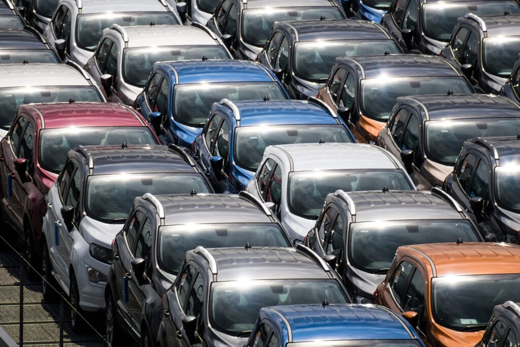 Vários carros enfileirados